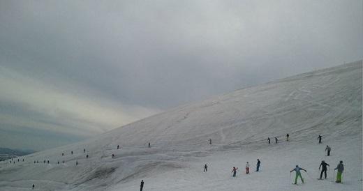月山スキー場の細道の混み具合