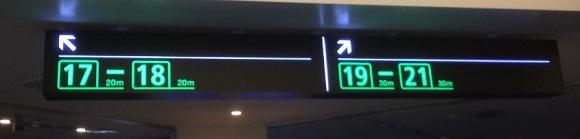 羽田空港の搭乗口への案内板