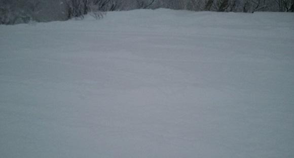雪が降っている最中のキロロスキー場の斜面についたエッジの跡