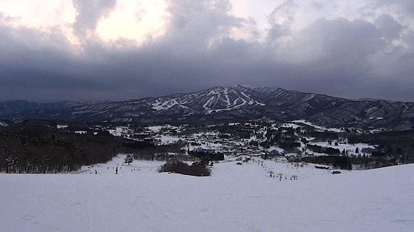 ひるがの高原スキー場の幅広な斜面と山の景色