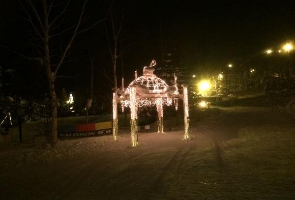 冬のリゾートホテルの前のライトアップ